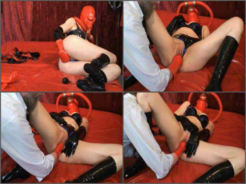 Awesome amateur latex and gasmasks fetish