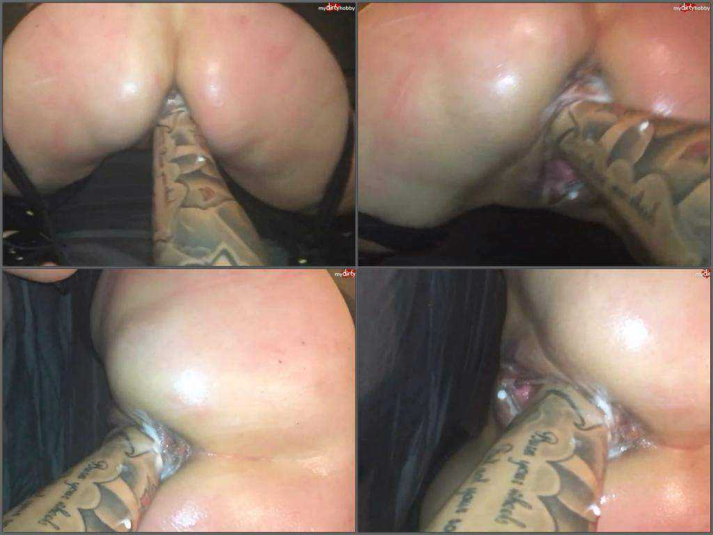 Tattooed hand very deep penetration in pussy bigass wife